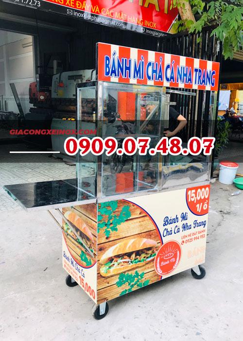 Xe bán bánh mì chả cá lưu động